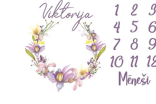 Mēnešu bilžu sedziņa ar maigi violetu ziedu motīvu
