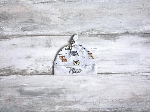 """Cepurīte ar meža zvēriem un vārds """"Nico"""" (izm. 6-12)"""