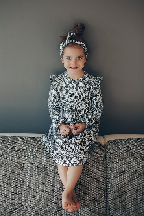 Latviska dizaina pelēkas krāsas kleita ar garām piedurknēm