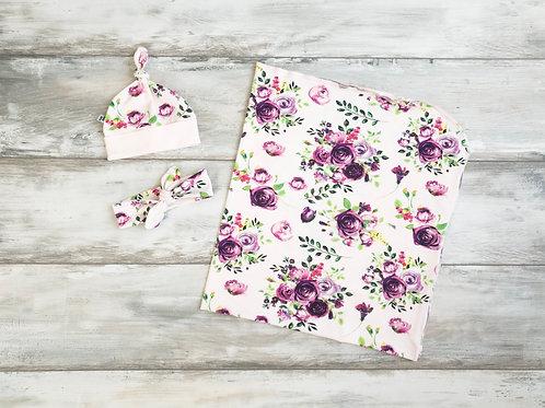 Sedziņa,sedziņa un matu lenta vai sedziņa un cepurīte ar violetu rožu motīviem