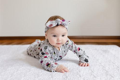 Melnu ziedu dizaina rāpulītis vai rāpulītis un matulenta/cepure