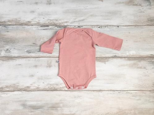 Rozā krāsas bodijs ar aploksnes tipa apkakli