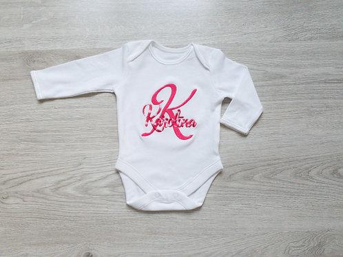 Personalizēts bodijs ar bērna vārdu un vārda pirmo burtu, rozā