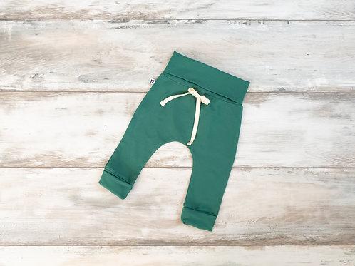 Zaļas bikses ar dekoratīvām aukliņām