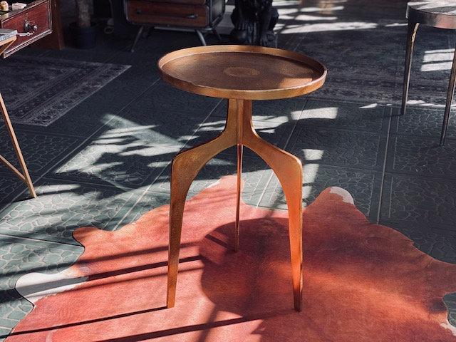 Mesa hierro dorada 3 patas