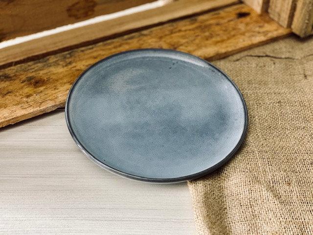 Plato pan rústico gris azulado