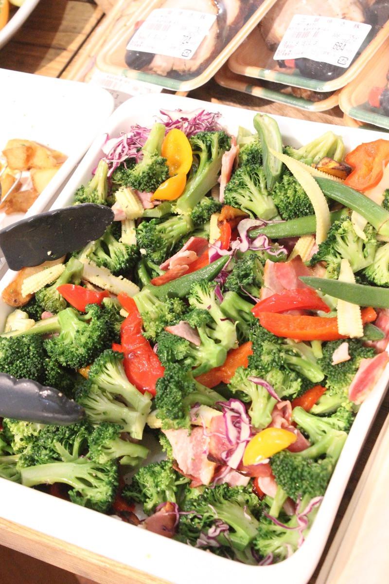 旬の野菜をおいしく調理。惣菜売り場にて