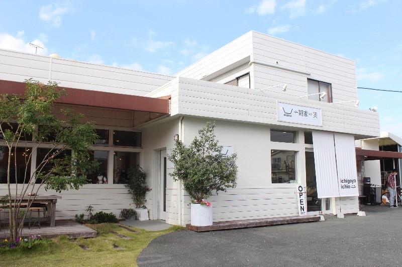 お惣菜のおいしいオシャレな「カフェ&食料品店」
