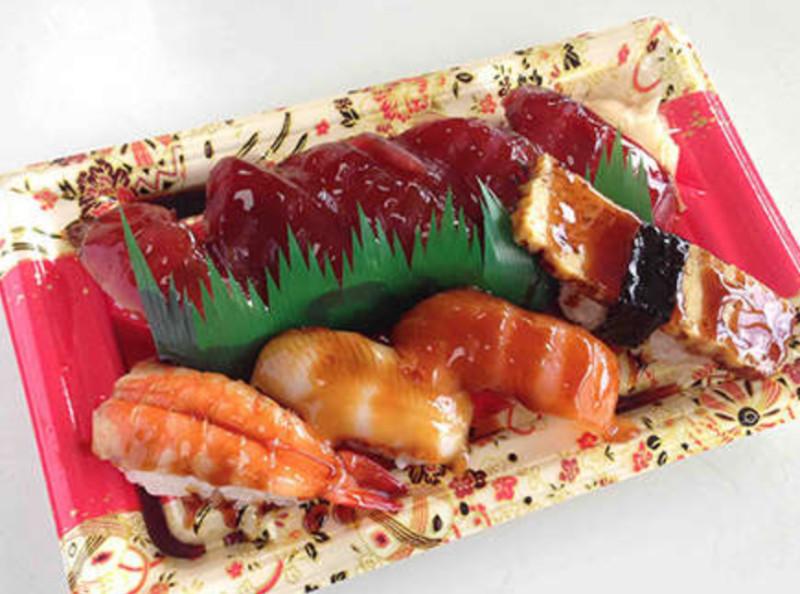 タビサキ ご当地スーパーの名物  山梨「甘いタレのまぐろ握り寿司」