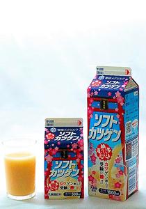ソフトカツゲン 雪印メグミルク。 道内スーパー、コンビニ全般で販売。500ミリリットル137円、1000ミリリットル220円(税別参考価格)