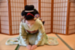 maiko bowing.JPG