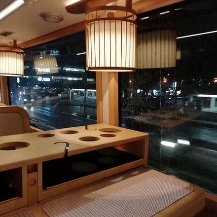 レストランバスのテーブル、行灯型のライト.jpg