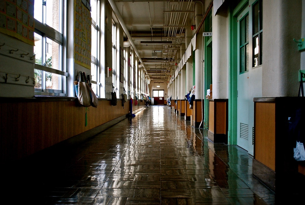 """<img src=""""hallway.jpg"""" alt=""""school hallway with backpacks and bags hung by the windows and doors"""">"""