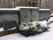 Eritellimusel valminud betoonist hauamonument