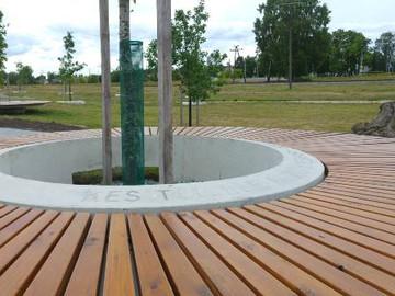 Betoonist, vanasõnade tekstiga puuümbrised 100 Tamme Pargis (projekt: E-Inseneribüroo)