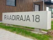 Raadimõisa Kodu elamukompleksi betoontahvlid majanumbritega.