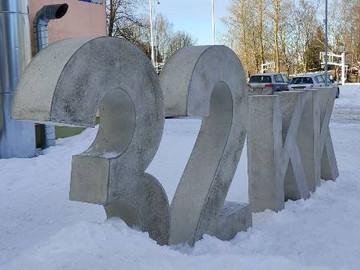 """Tallinna 32. keskkooli """"silt"""" -  hallist silebetoonist numbrid ja tähed"""