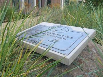 Metallsildi alune betoonplaat Kakumäe Haveni elamukompleksi sisehoovis. Meie valmistatud on ka Kakumäe Haveni trepikodade valgest silebetoonist trepiastmed.