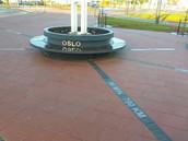 Dekoratiivse tekstiga mustast silebetoonist plaadid Lennujaama trammipeatuses