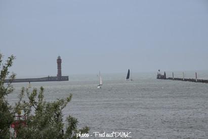 Entrée du port de Dunkerque avec le feu de Saint Pol