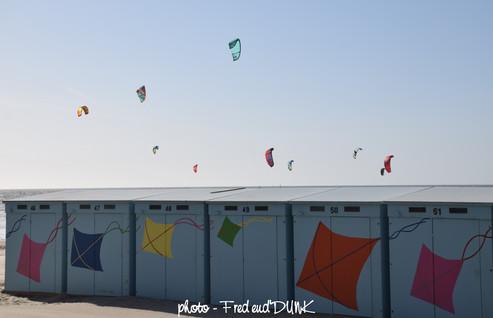 Des cerfs-volants se sont détachés des cabines de la plage de Malo les bains