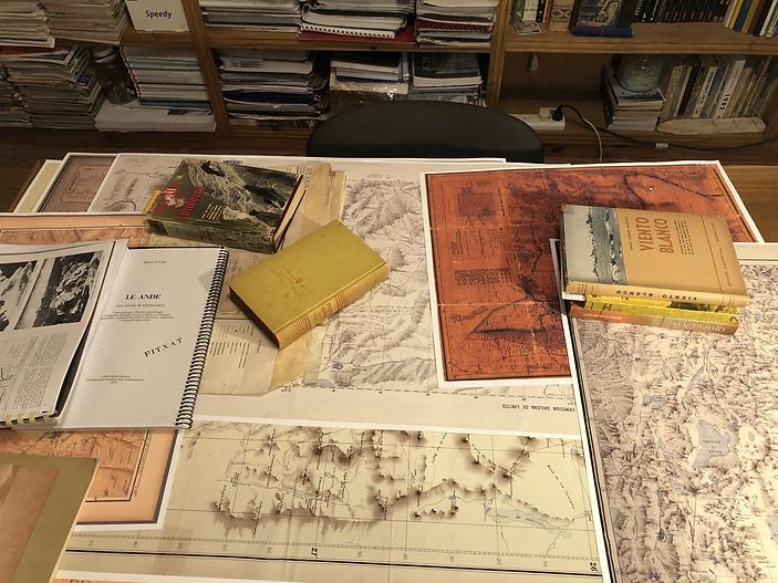 Escritorio de trabajo. Mapas y libros.HE