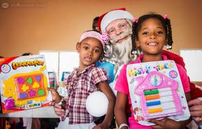 Regalos - Nenas con Santa y su regalo.jp