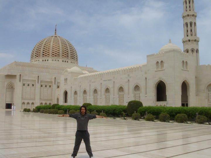 Miguel Cano en la Gran Mezquita del Sultán Qaboos, tras una expedición por Omán con líderes europeos y musulmanes.