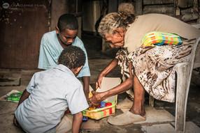Regalos - Mama y dos nenes descubriendo