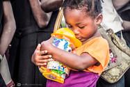 Regalos Musica - Nena abrazando su jugue