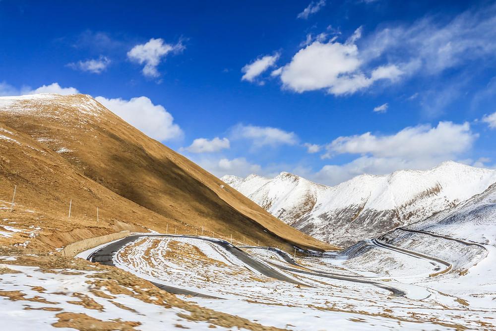 Carretera en las montañas del Tíbet, a 5,000 metros de altura