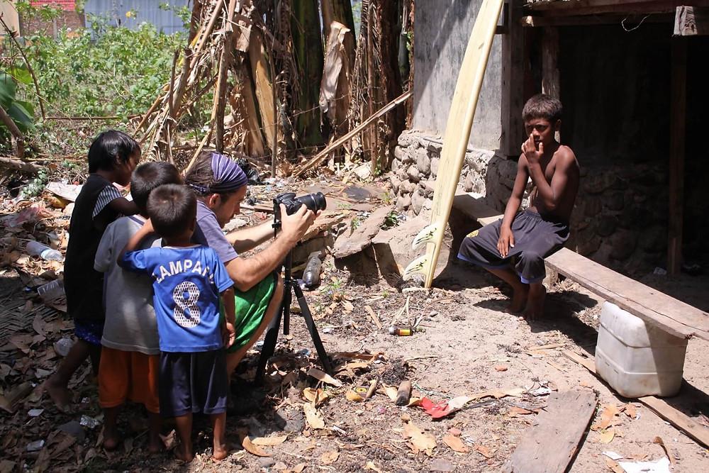 Filmando en una isla de Indonesia rodeado de niños