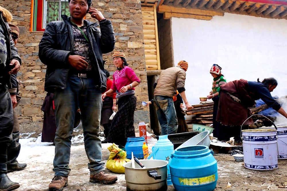 Comiendo en las calles de un poblado tibetano