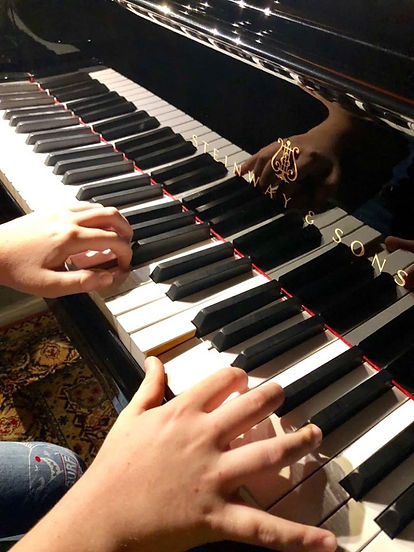 Robi al piano.jpg