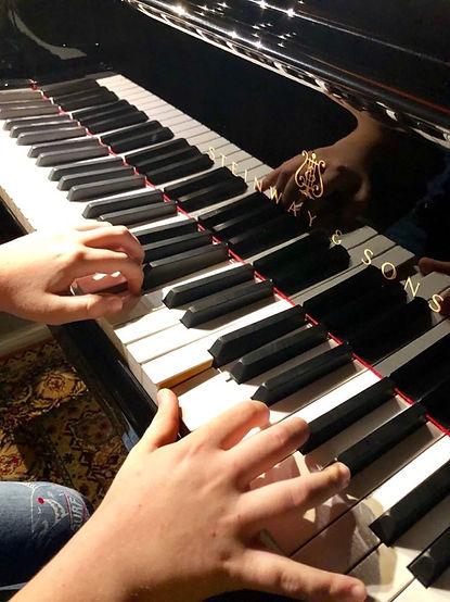 Renzi al piano.jpg