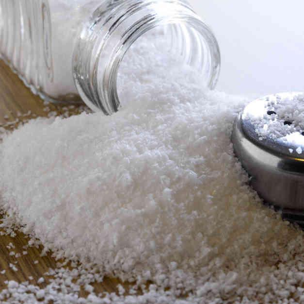 Зачем долгожители часто хранят соль в углу дома?