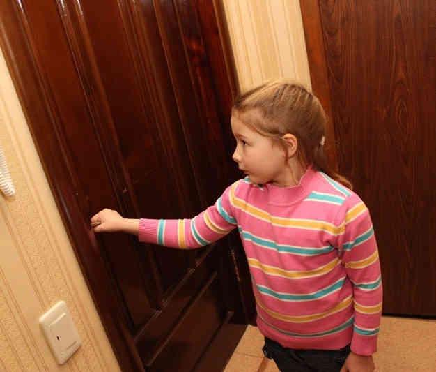 Воры попросили малышку пустить в дом: войдя, они замерли