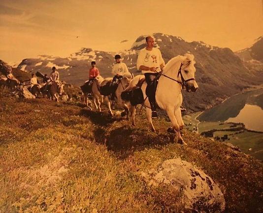 Bjørn Fløtre i tet på en av rideturane arrangert av Norsk Fjordhestgard.