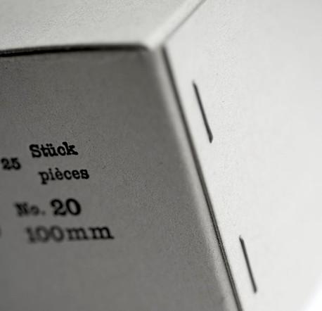 Graukartonschachtel bedruckt und mit Draht geheftet