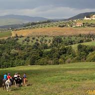 a cavallo nella campagna toscana