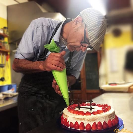 Angelo-decora-la-torta.jpg
