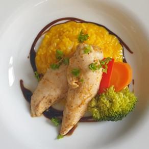Safranrisotto mit Pouletfilets und Gemüse