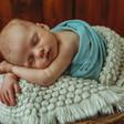 natürliche-babyfotoreportage-und-neugeborenenfotos-im-fotoatelier-in-dresden (128).jpg