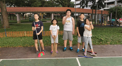 The kids prepping the courts before the very first lesson!  From left:  Janice Kuok, Lin Ziqing, Lin Zichen, Koh Wun Jin and Koh Wun Qi.