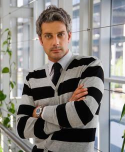 セーターの男