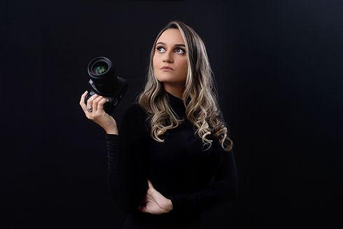 Fotógrafa segurando camera