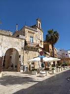 Torre orologio e porta antica.jpg