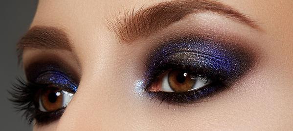 Glanzende blauwe oogschaduw