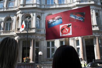 反捕鯨団体のデモ 在英日本大使館前