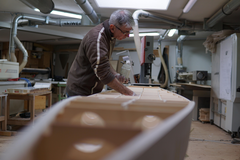Michel beim zusammenbauen des SUP